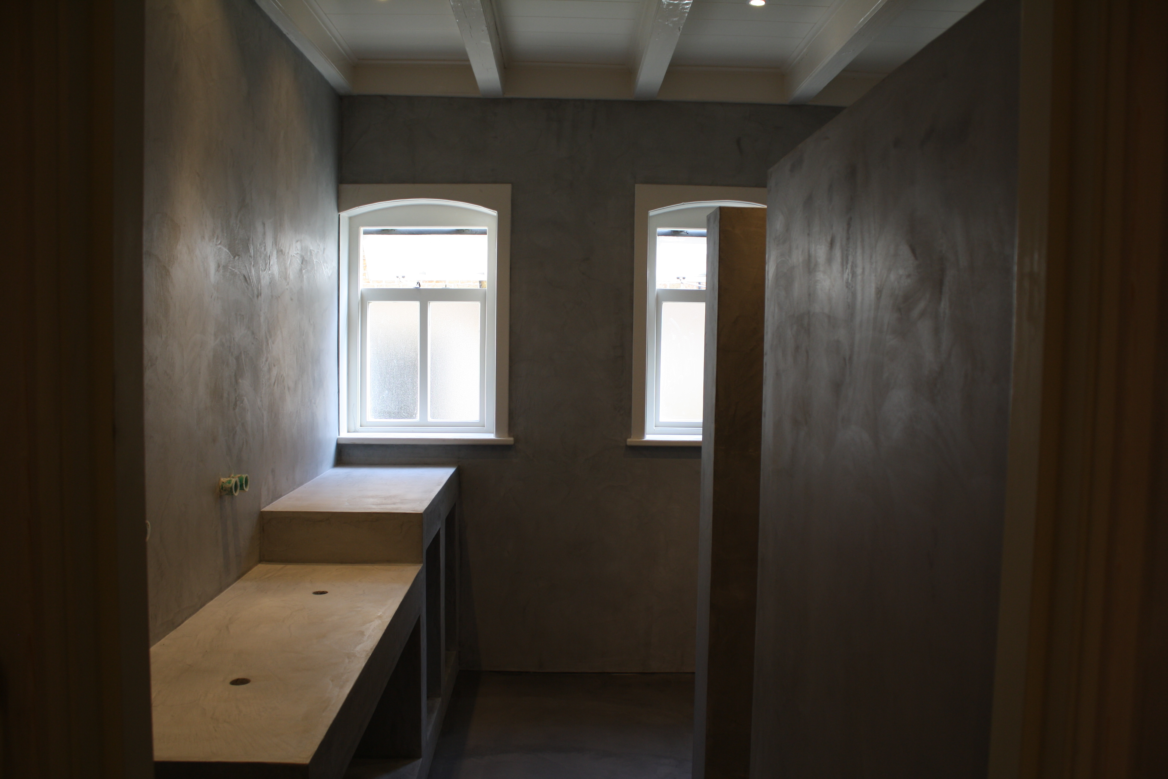Mortex Badkamer Onderhoud : Mortex vloer image may contain people sitting table and indoor